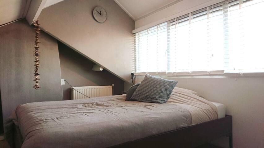 Cozy attic close to Amsterdam hotspots.