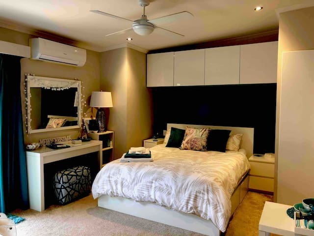 STUNNING ROOM/HOUSE ON WATER  GR8 Rate 5 Star Host