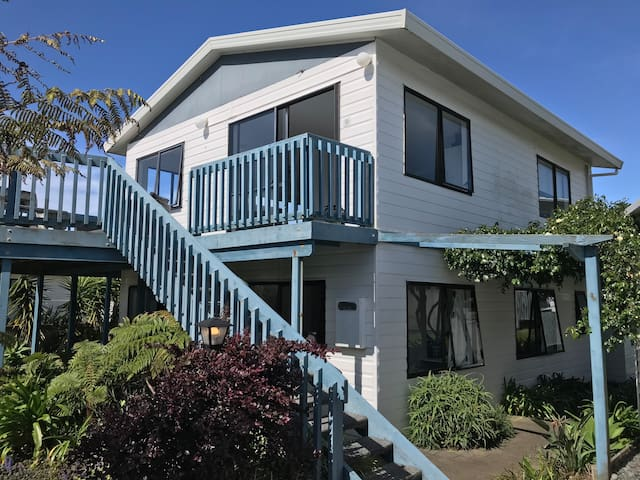 *Spacious 2story, 5BR family beach house + WIFI