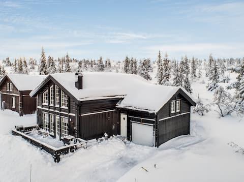 Stor lekker hytte med utsikt, ski in/out & jacuzzi