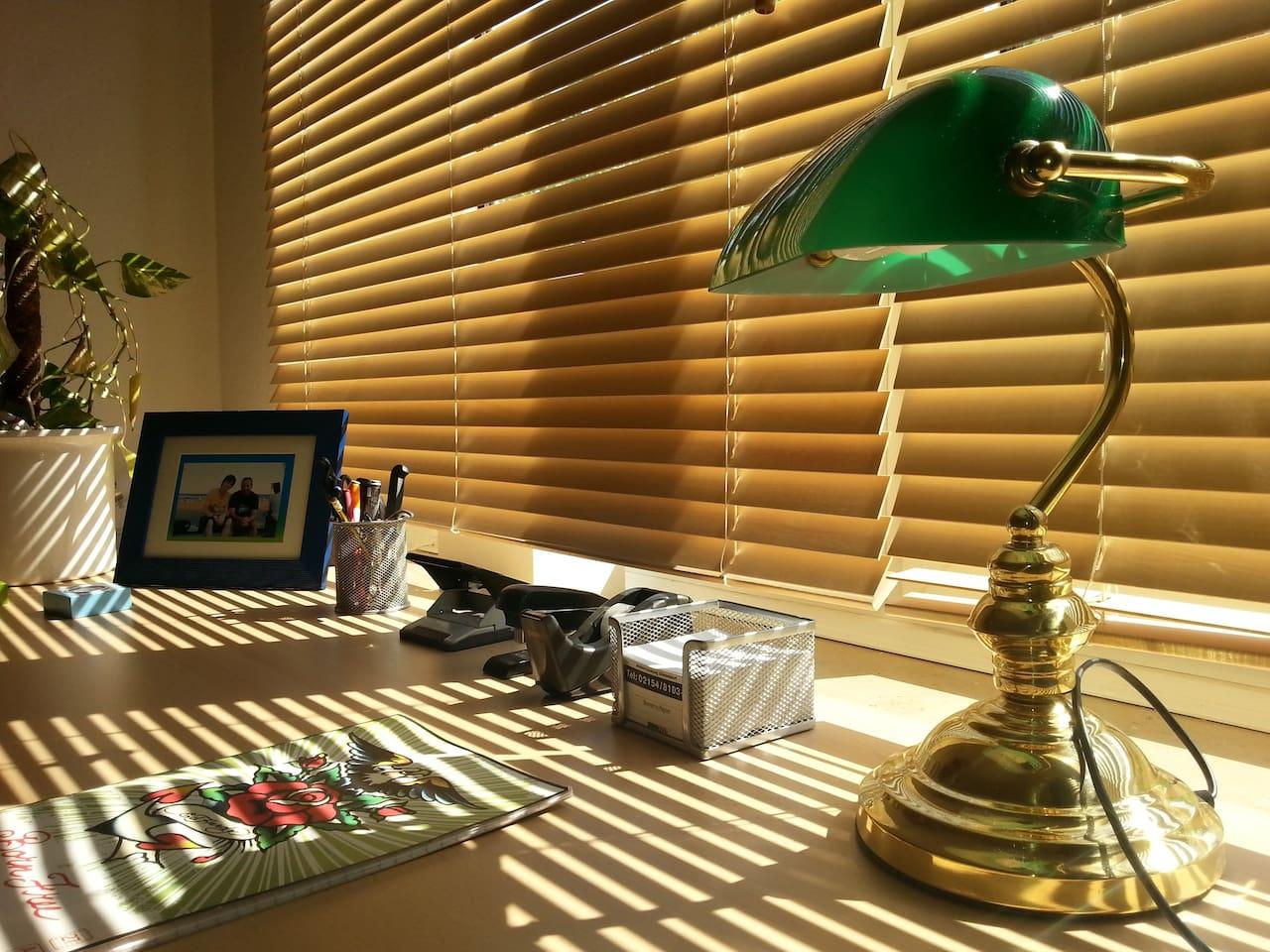 Gästezimmer mit großen Schreibtisch
