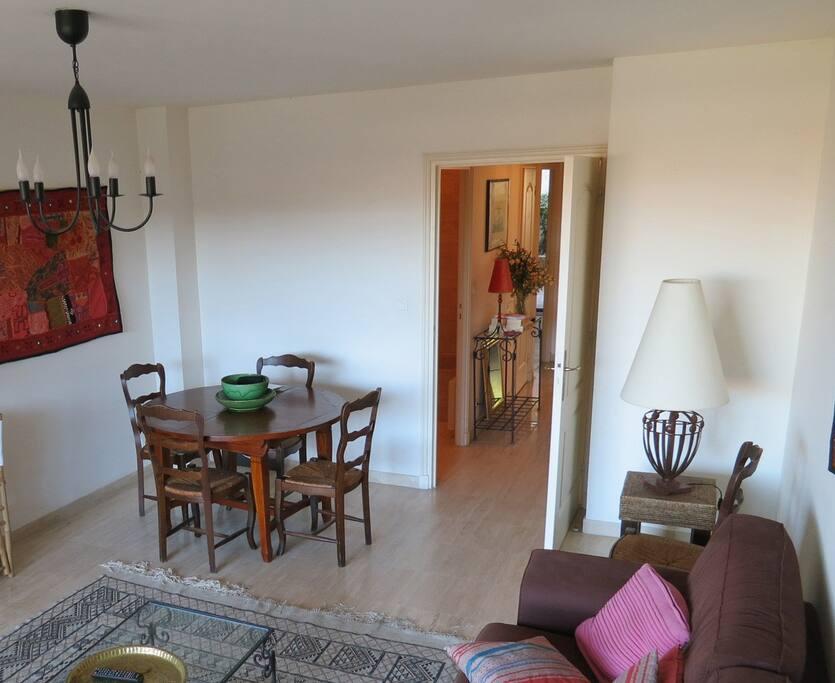 Le salon/ salle à manger coté salle à manger