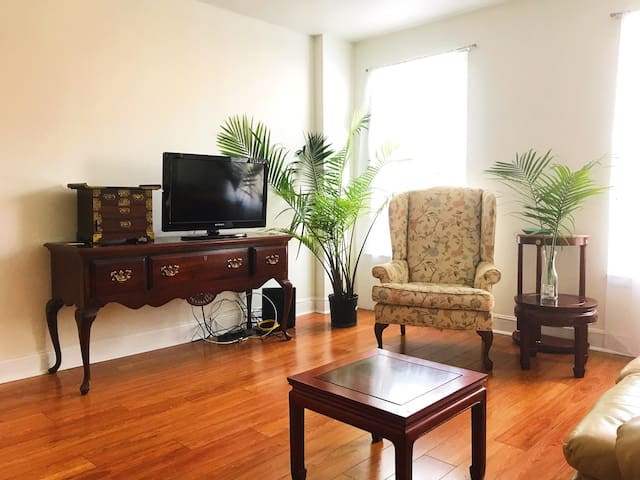 1.5 miles to Airport / private room - 1B / Parking