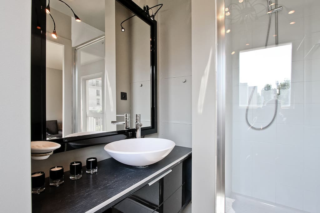 Paris | Canal St Martin | République | Our apartment | bathroom with view on garden