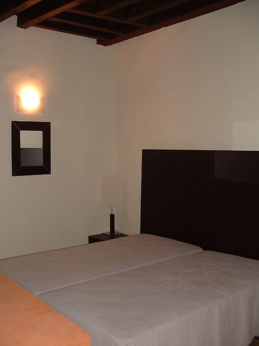 Dormitorio principal con techos de madera original