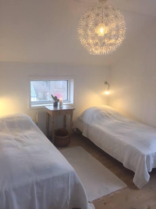 Hyggeligt soveværelse med to senge.