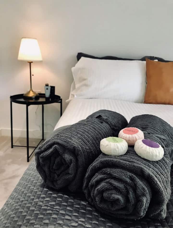 Luxury Queen Room & bathroom -5min to City Airport