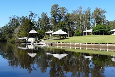Sunny modern riverside cottage 1 - Taree