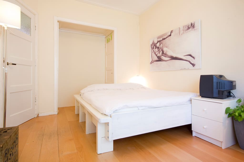 Guest room, King size quality bed, memory foam mattrasses.