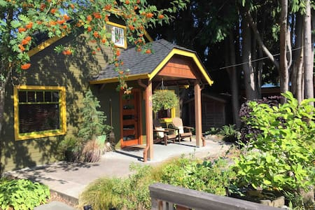 Clean & charming garden bungalow~Fab breakfast!