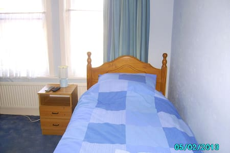 Double size room in spacious house - Bournemouth