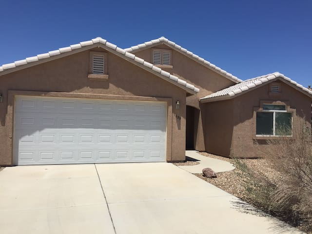 Great Family Home, Less than 5 mins to the River! - Fort Mohave - House