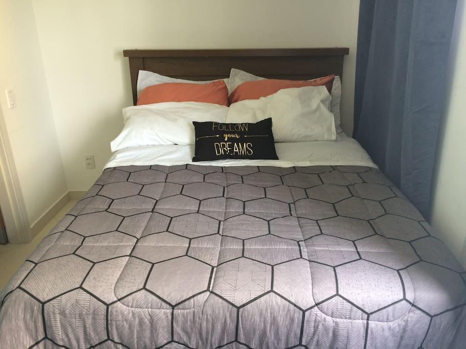 Quarto 1 Cama de Casal 6 travesseiros, roupa de cama nova.