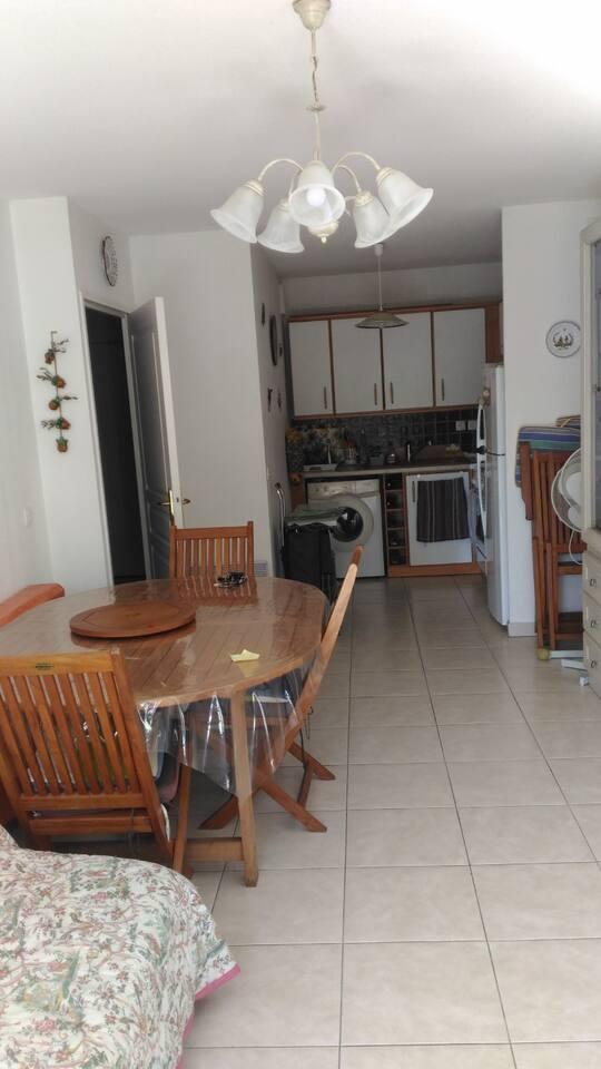 cuisine équipée et salle attenante avec armoire lit 2 personnes, et une banquette avec TV