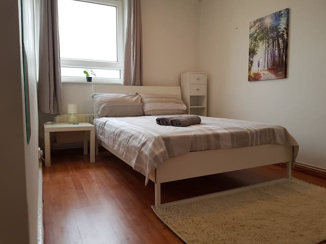 Large double room  in Aldgate  (b)