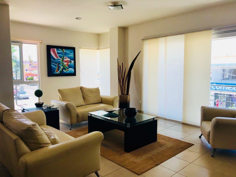 Sala de estar muy cómoda, con TV
