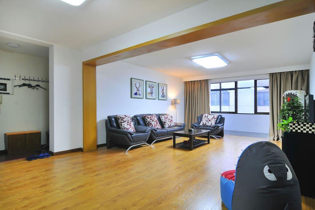 客厅近40平米,宽敞明亮,冬暖夏凉。