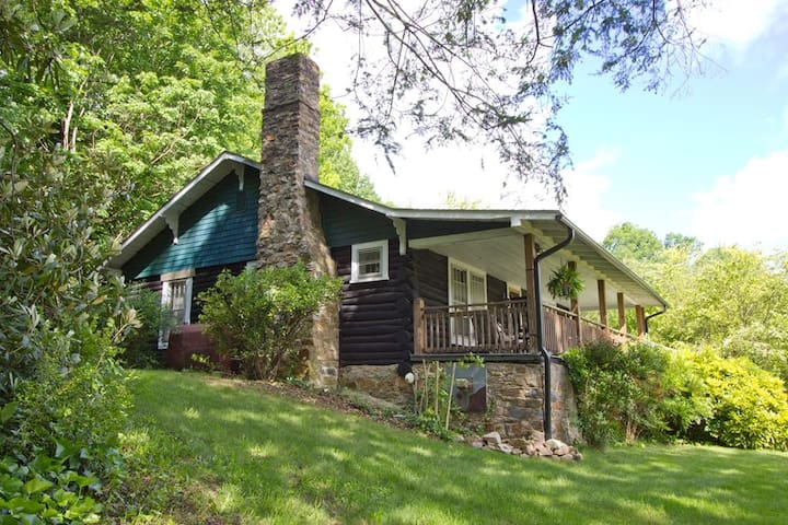 LOG CABIN~HOT TUB~WALK TO TOWN~ON AT~Wi-Fi - Hot Springs - Hus