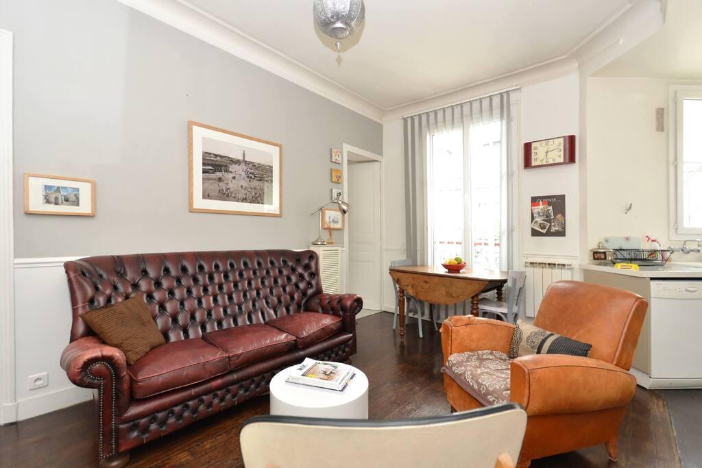 Living-room / Dining room seen from the side. Salon / Salle à manger vu de profil.