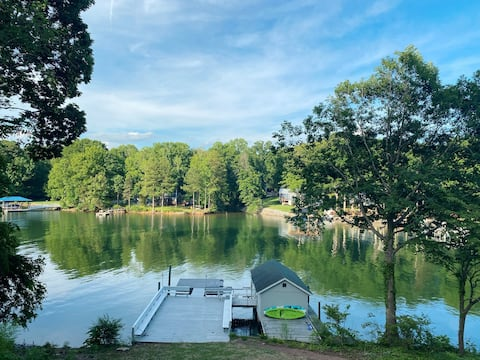 Comfy & Cozy Lakefront Retreat