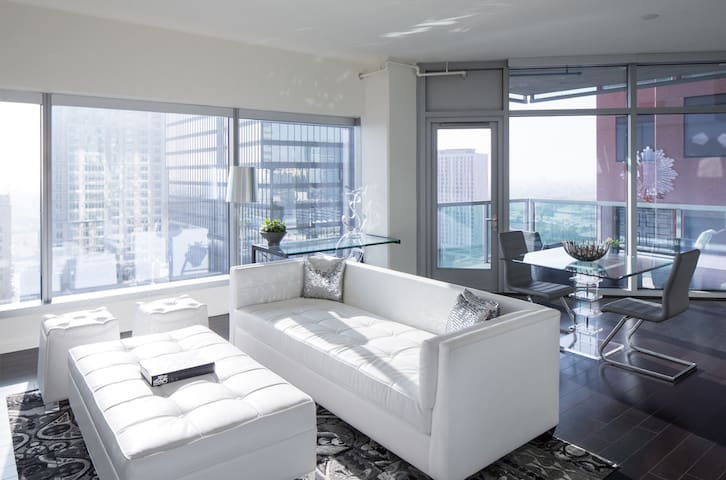 Stretch out. Work. Unwind. | 1BR in Los Angeles
