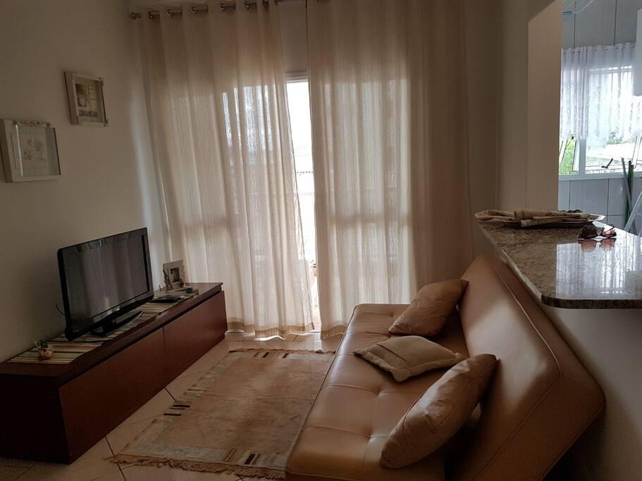 Sala  de estar com sofá cama para dois adultos.