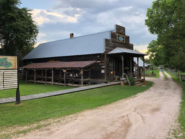 Apt over 100+ yo GENERAL STORE (weekend rate $125)