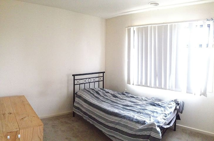 Bright and Comfortable Private Room - Melton South - Casa