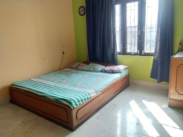 Sunlit Rooms just 10 min walk from railway station
