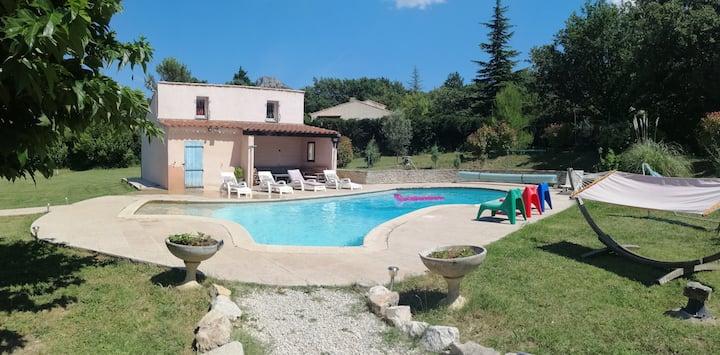 Coquet appartement, calme avec piscine et jardin