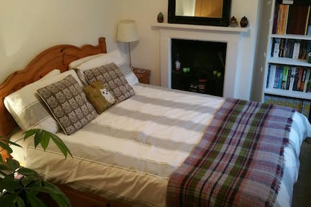 Cosy and welcoming bedroom - Warminster - Hus