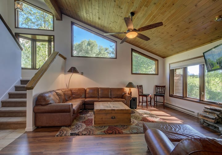 Kid-Friendly Townhome with Creek & Stunning Views!