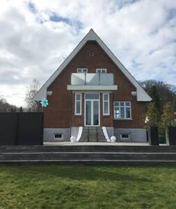 Murmestervilla  med fantastisk have og terrasse - Langå - Huis