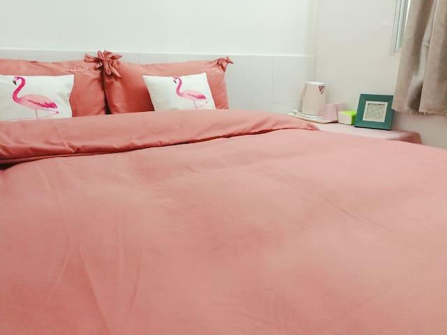 简约粉色系1.5m迷你大床房 带小客厅 独立平房中的一个房间 近钟楼 二院 西街东街 中山公园