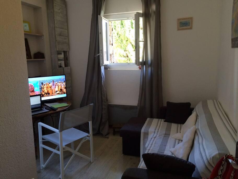 salon bureau indépendant avec convertible  et connection wifi