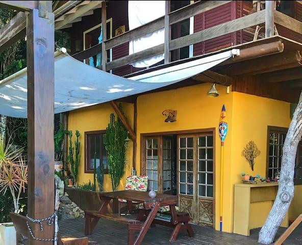 Linda cabana em área verde no Mariscal/Bombinhas