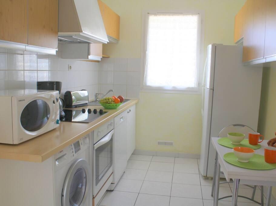 Cuisine , four ,lave-vaisselle lave-lingeséchant réfrigérateur-congélateur ,micro-ondes , vaisselle de qualité .