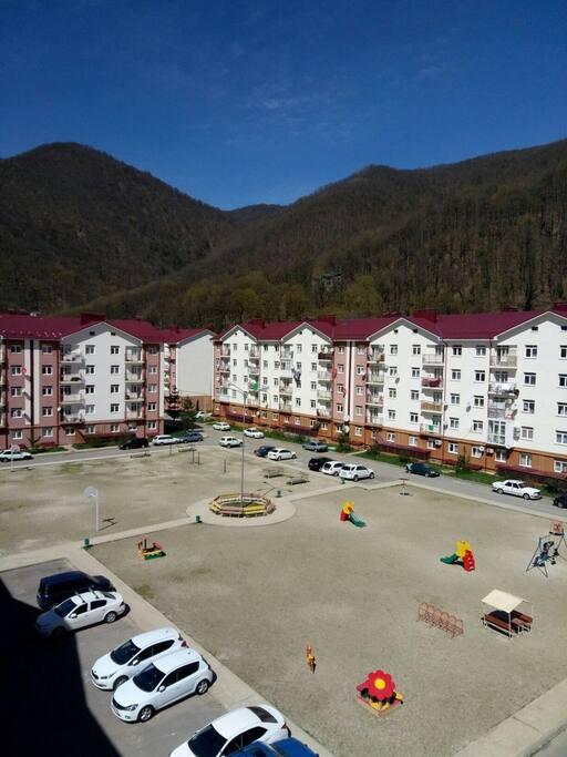 Большая детская площадка и парковочные места.Вид с окна.
