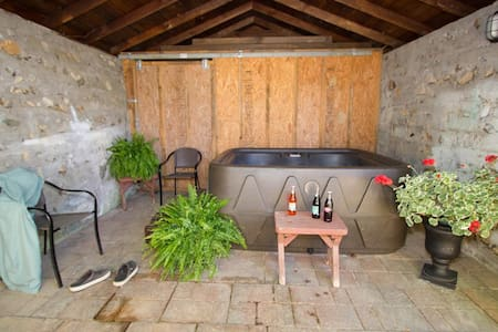 ROMANTIC COTTAGE~HOT TUB~IN TOWN~AT - Hot Springs - Ház