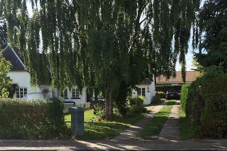 Familiehus ved  by, skov og strand - スベンボル