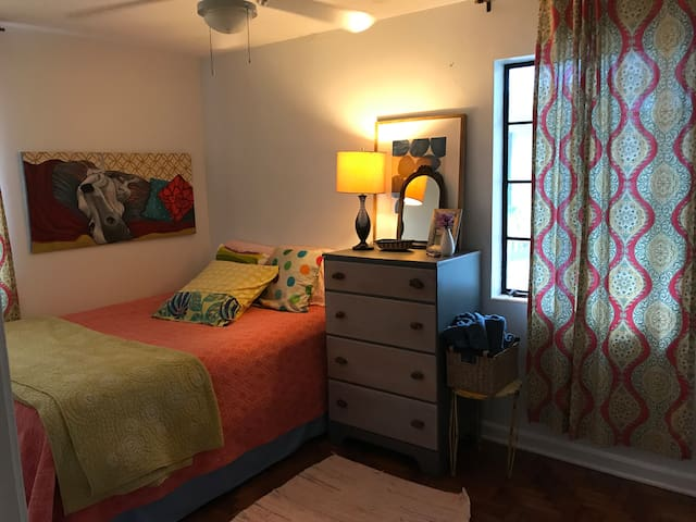 Cottage Queen Bedroom near UF & Downtown