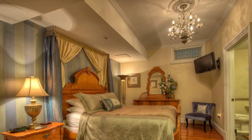 Beautiful ADA Compliant room in Historic Home