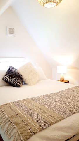 Queen size bed in the mezzanine bedroom