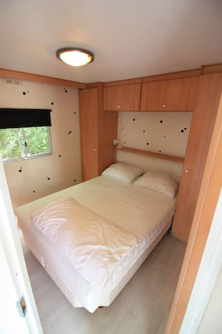 Slaapkamer 1 met 1 tweepersoonsbed.