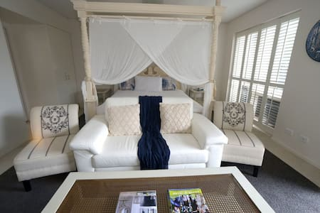 Akaroa's Premiere Romantic Waterfront Apartment, complete with 4 Poster Bed and Spa #69