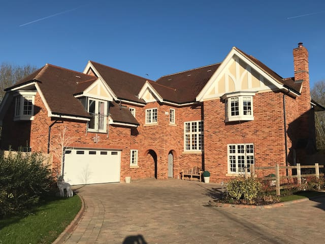 Beautiful New detached house 8 mins from Windsor