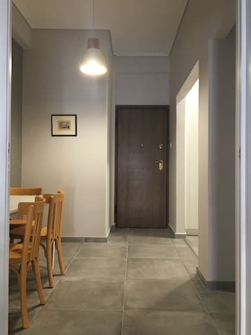 Welcome! Here you can see the entrance of the apartment and the eating area, which can also work as a study.