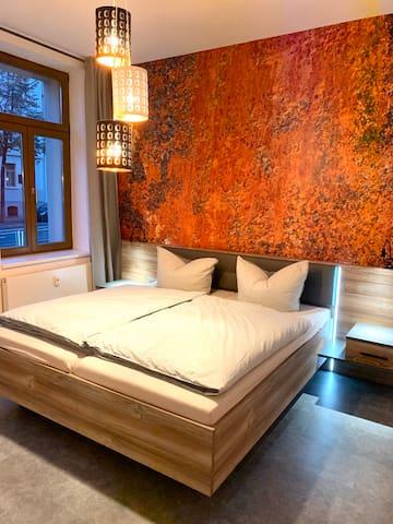 Schlafzimmer mit Doppelbett Kleiderschrank und Radio