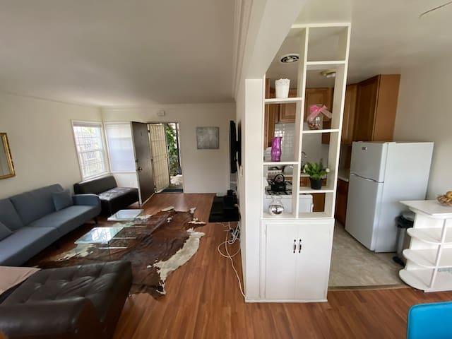 5 mins to Beverly Hills-Stunning 1 Bedroom Apt