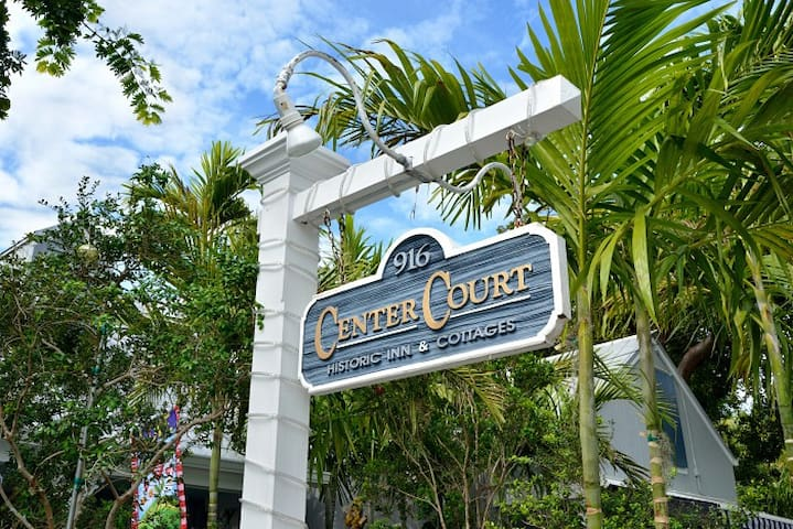 Honeymoon Hideaway, King bed, Private Deck & Spa! - Key West